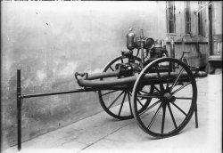 [Equipement des sapeurs-pompiers : motopompe actionnée par un moteur à explosions (?)]