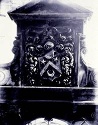 [Ecole normale d'institutrices du Rhône, 80 boulevard de la Croix-Rousse : blason sculpté au fronton du portail en pierre]