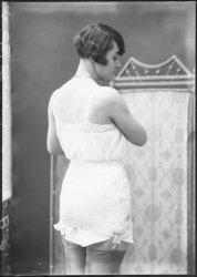 [Société française de corsets : présentation de lingerie féminine]