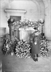[Enterrement de Monsieur Hara : cercueil et fleurs]