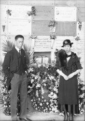 [Enterrement de Monsieur Hara : couple devant les urnes du crematorium]