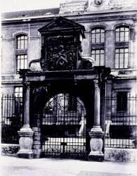 [Ecole normale d'institutrices du Rhône, 80 boulevard de la Croix-Rousse : portail en pierre]