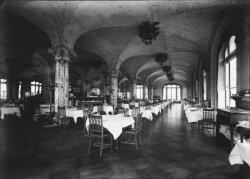 [Salle de restaurant de l'Hôtel-Terminus, à proximité de la gare de Perrache, à Lyon]