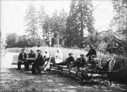 [Sanatorium de Charnay : groupe de malades jouant aux cartes et aux echecs dans un parc]