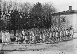 [Préventorium de Charly : groupe d'enfants en uniforme pratiquant la gymnastique sous la direction de religieuses]