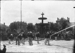 [Les Pompiers en manoeuvres sur la place du Promenoir à Villefranche-sur-Saône]