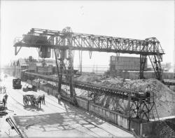 """[Société chimique """"Les Usines du Rhône"""", à Saint-Fons : pont métallique]"""