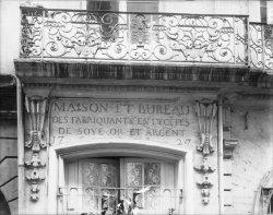 [Balcon et enseigne datée de 1729 du syndicat des fabricants en soieries, rue Emile Zola]