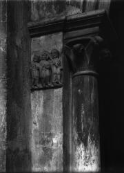 [Cathédrale Saint-Maurice, à Vienne : bas-relief en marbre blanc encastré à gauche de l'entrée du vestibule méridional]