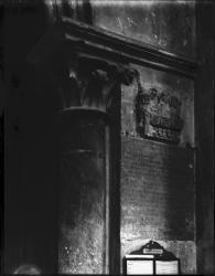 [Cathédrale Saint-Maurice, à Vienne : bas-relief en marbre blanc encastré à droite de l'entrée du vestibule méridional]