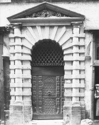 [La Maison du Crible, 16 rue du Boeuf : portail à deux colonnes et fronton sculpté]