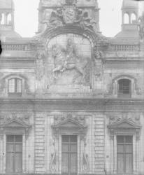 [Fronton de l'hôtel de ville de Lyon : statue équestre d'Henri IV en haut-relief]