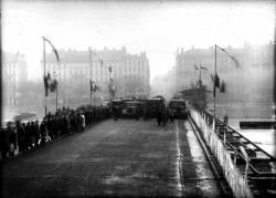 [Réouverture du pont Pont Wilson en 1948, après sa réparation suite au bombardement de 1944]