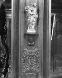 """[Salle des archives de l'hospice de la Charité : maquette en terre cuite (?) de la Vierge à l'Enfant, dite """"Notre Dame des Grâces""""]"""