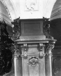 [Salle des archives de l'hospice de la Charité : détail du pilier quadrangulaire central habillé de boiseries]