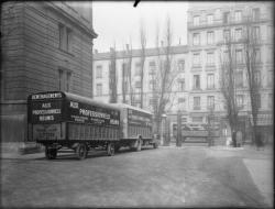 """[Camions de déménagement de l'entreprise """"Aux professionnels réunis"""" dans la cour de l'hôtel de la préfecture du Rhône]"""