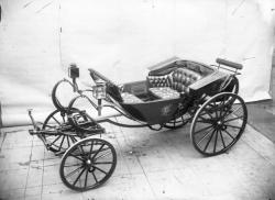 """[Voiture hippomobile de type """"calèche de Darmont à huit ressorts"""", produite par la maison Ehrler, à Paris, vers 1890]"""