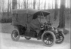 """[Voiture Renault à capot """"alligator"""" de type X ou X-1 ou de type AH ou AM produite entre 1905 et 1909]"""