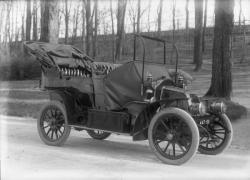 """[Renault à capot """"alligator"""" produite entre 1905 et 1909]"""