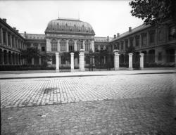 [Cour et façade de l'Université, ancienne faculté de médecine, pharmacie et sciences]