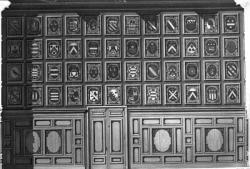 [Ensemble de blasons de la région, nommés et datés, constituant un pan de mur du salon nord de l'Hôtel de ville de Lyon]