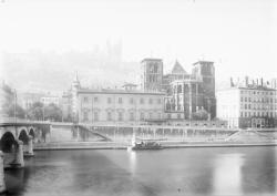 [Cathédrale Saint-Jean vue de la rive gauche de la Saône]
