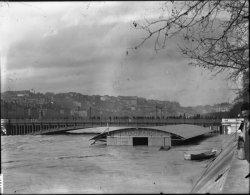 [Inondations de Lyon (1896) : le pont Lafayette lors des crues du Rhône]