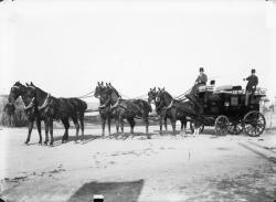 [Le Mail-Coach de M. Dambmann conduit par M. Maire]