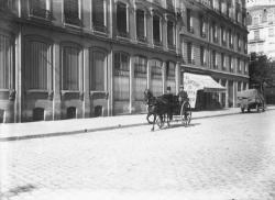 [Petite voiture tirée par un cheval dans une rue de Lyon]