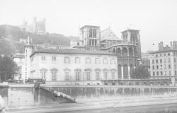 [La colline de Fourvière, la Cathédrale et le palais Saint-Jean, vus depuis la rive gauche de la Saône]