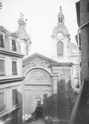 [Chapelle de l'Hôtel-Dieu de Lyon : vue plongeante sur la façade principale depuis un immeuble de la rue Confort, actuellement rue Professeur Louis-Paufique, 1637-1655]