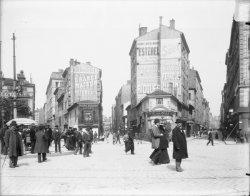 [La Place du Pont vue en direction du nord-est, au carrefour des rues Marignan, Moncey et Paul-Bert]