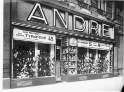 """[Devanture d'un magasin de chaussures """"André""""]"""