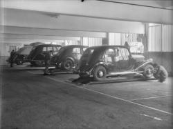 [Garage Renault : voitures en réparation]