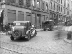 [Voiture Berliet en circulation place Garibaldi]