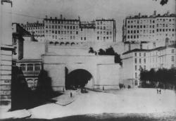 [L'entrée du tunnel de la Croix-Rousse et de la place Louis-Chazette, vus depuis le quai Saint-Clair]