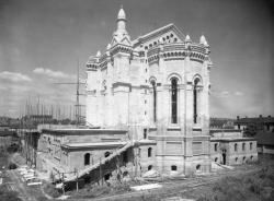 [Construction de l'église votive Notre-Dame du Sacré-Coeur, chemin de Saint-Eusèbe : l'abside en cours d'achèvement]