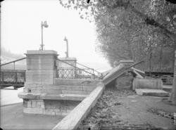 [Entrée du pont Vaïsse clôturé après sa destruction (10 novembre 1944)]