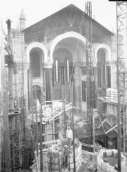[Construction de l'église votive Notre-Dame du Sacré-Coeur, chemin de Saint-Eusèbe : le choeur en cours d'achèvement]