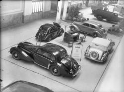 [Stand d'exposition du Groupe Français de l'Automobile (GFA) : voiture Hotchkiss, Delahaye, etc.]