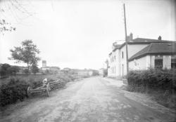 [Route à l'entrée du village de Propières]