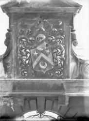 [Blason sculpté au fronton du portail en pierre de l'Ecole normale d'institutrices du Rhône]