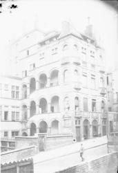 [Hôtel Paterin ou Maison Henri IV, et la montée Saint-Barthélemy dans le quartier Saint-Paul à Lyon]