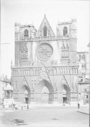 [Place Saint-Jean à Lyon : façade de la cathédrale]