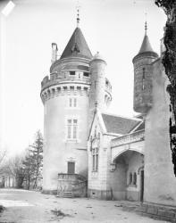 [Tour et entrée d'un château]