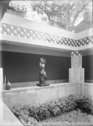 [Villa Gros à Saint-Didier-au-Mont-d'Or : une sculpture dans le patio]