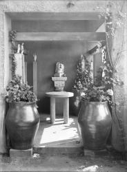 [Villa de Tony Garnier : statues sur la terrasse]