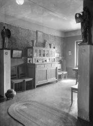 [Villa Garnier : buffet dans la cuisine encadré de deux modèles sculptés pour le monument Aynard]