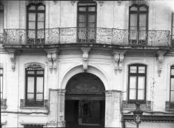 [19, place Tolozan : vue sur le balcon et la porte cochère de la maison Antoine Tolozan]