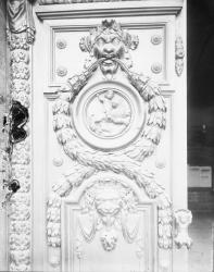 [Perron de l'hôtel de ville de Lyon : porte monumentale en chêne du XVIIe siècle]